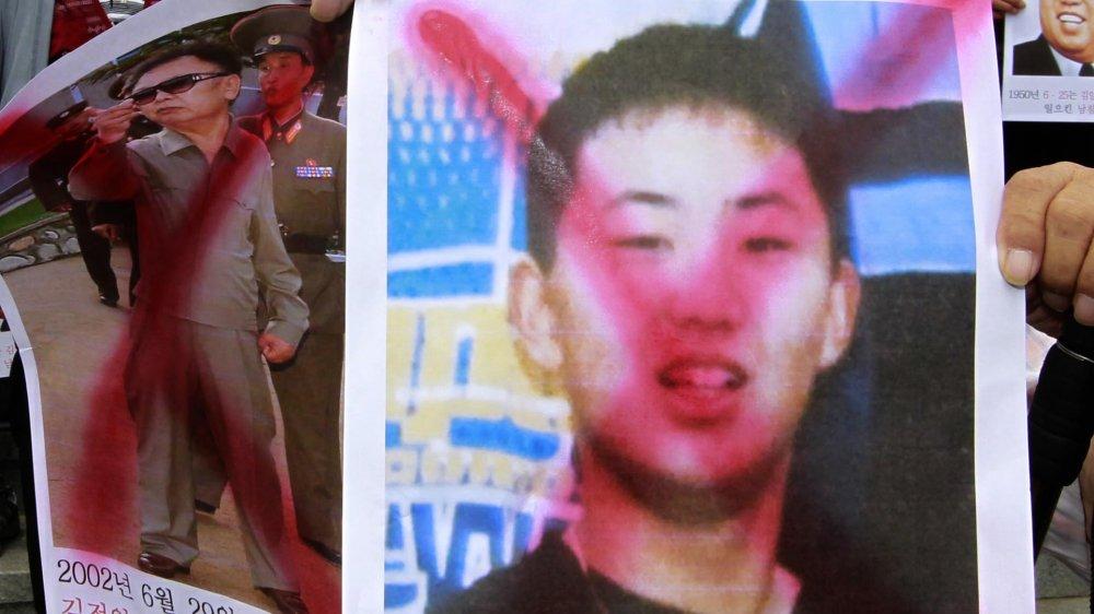 Manifestante sosteniendo la imagen del joven Kim Jong-un