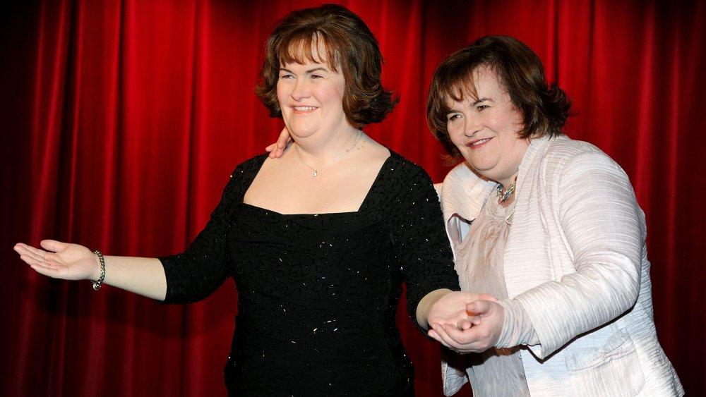 Susan Boyle posa para fotos junto a su nueva figura de cera en el lanzamiento oficial del nuevo local Madame Tussauds en Blackpool