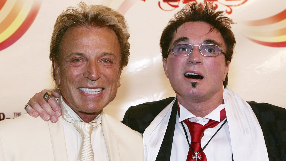 """Roy Horn (R), del dúo ilusionista Siegfried y Roy abraza al músico Ringo Starr después de asistir al estreno de gala de """"The Beatles LOVE by Cirque du Soleil""""."""